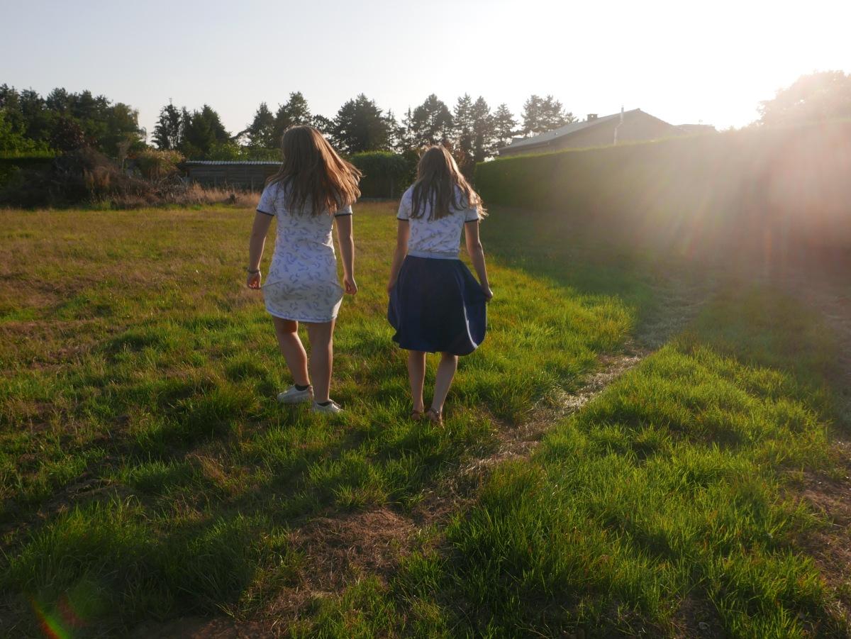 Twee tienermeisje in een nieuwe outfit in een nieuwebloglayout